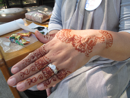 Henna painting at the Rahma clinic